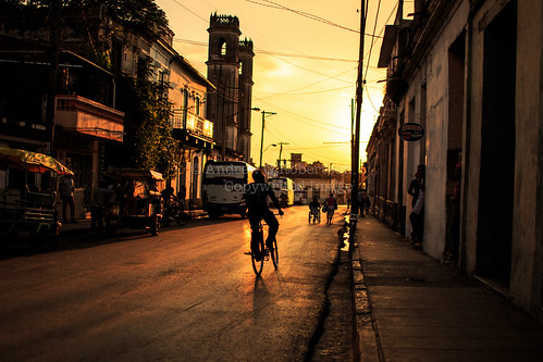 santa clara street sunset sun 3 35mm canon eos aperture dusk f14 iii cuba wide streetphotography cycle santaclara 5d mk wideaperture mkiii villaclara canon35mm14 canon5dmkiii