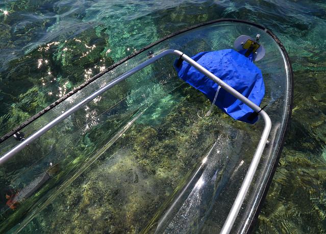 Mirando las rocas del fondo del mar desde el kayak