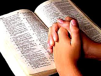 Rezando con libro sagrado