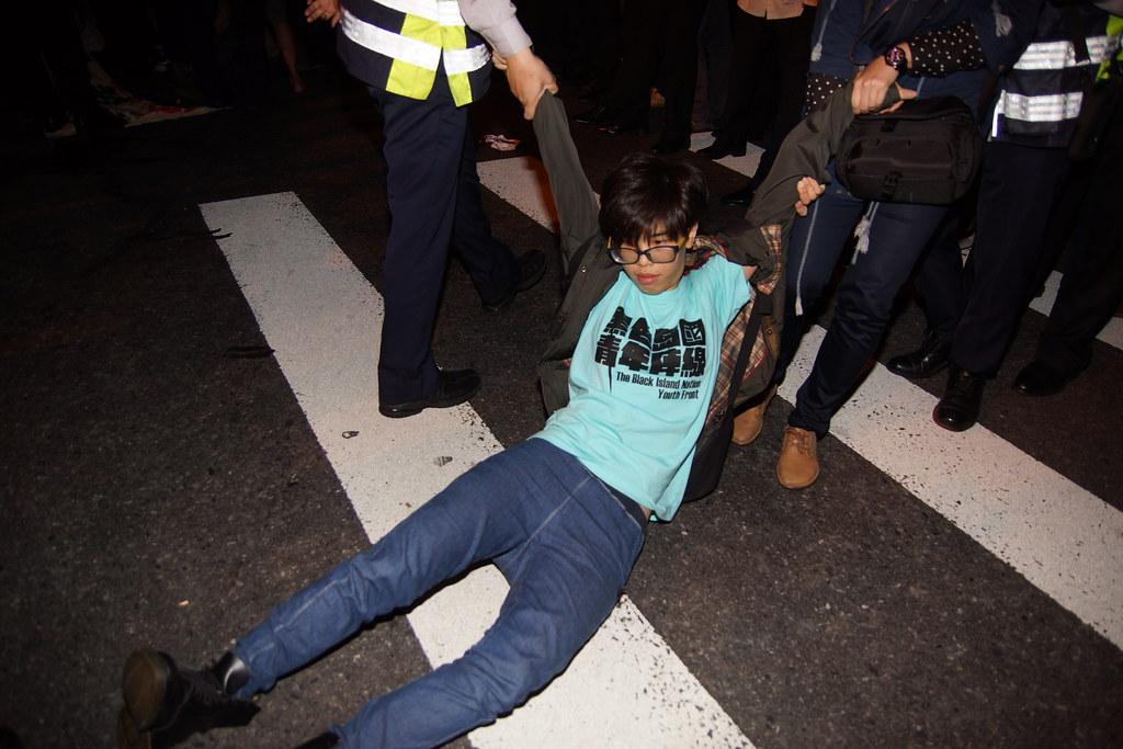 抗議學生邀警方抬離。(攝影:王顥中)