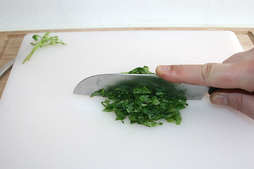 23 - Basilikum zerkleinern / Shred basil