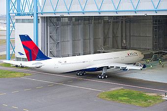 Delta A330-300 242 ton roll rout (Airbus)