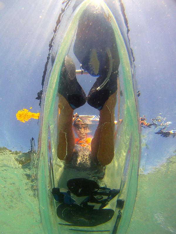 Pasando en kayak transparente desde el mar