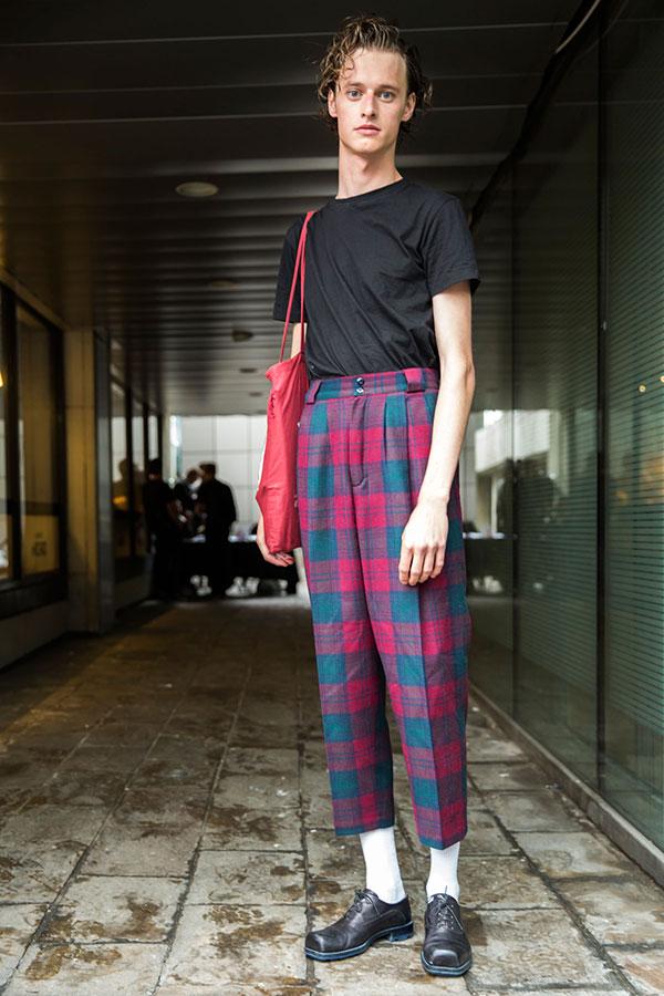 黒無地Tシャツ×チェック柄テーパークロップドドパンツ×黒オックスフォードシューズ