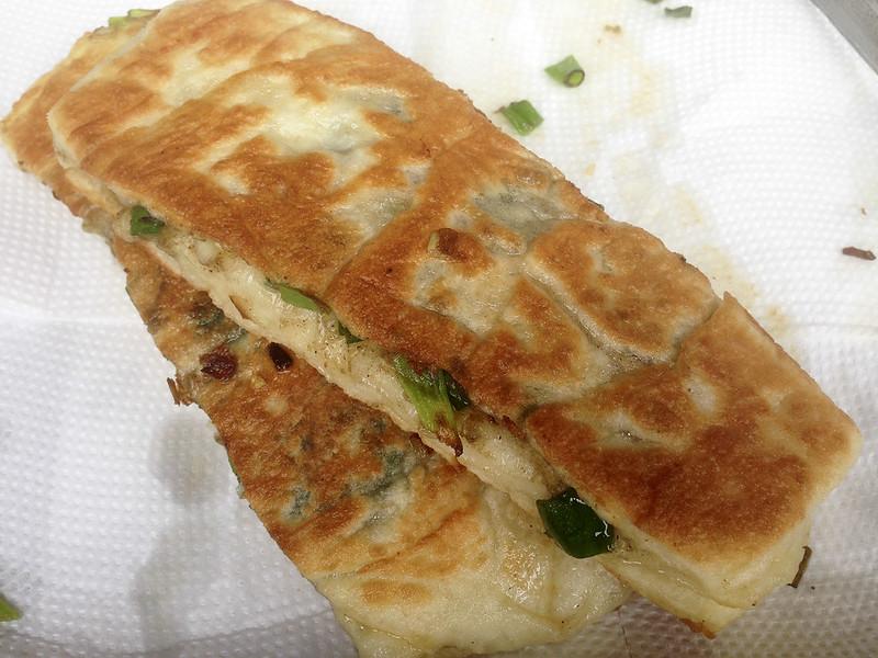 【宜蘭美食小吃】只賣禮拜天的超人氣銅板美食,位在礁溪龍潭村的「小胖蔥油餅」!15元蔥油餅,美味又好吃~
