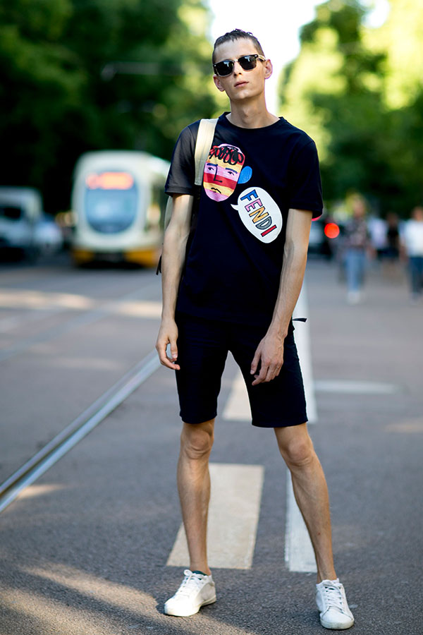 FENDI黒Tシャツ×黒ショートパンツ×白ローカットスニーカー