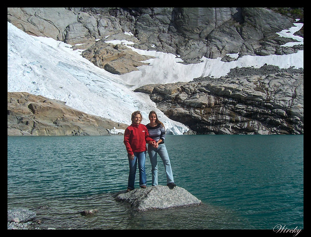 Fiordos noruegos Storfjord Geiranger Hellesylt Briksdal Loen - Sobre roca del lago glaciar de Briksdal