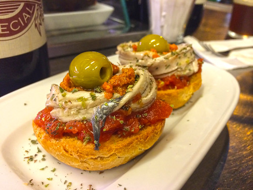Anchovy and baked red pepper montadito