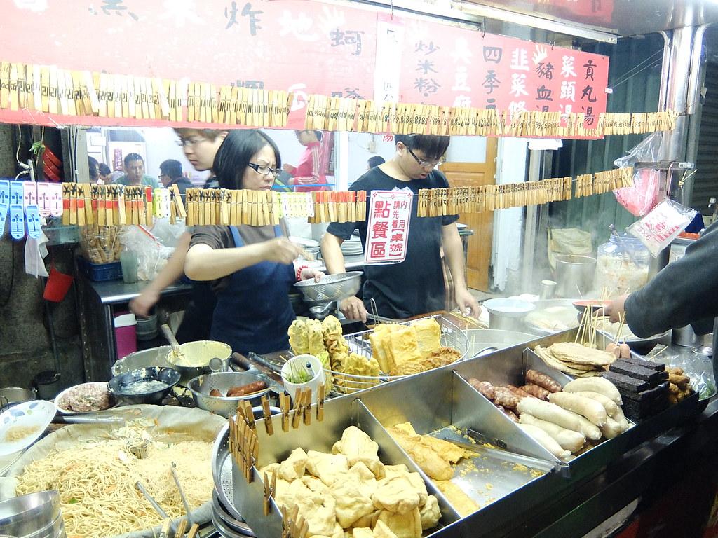 前面有一堆食物可以自行夾或跟老闆點