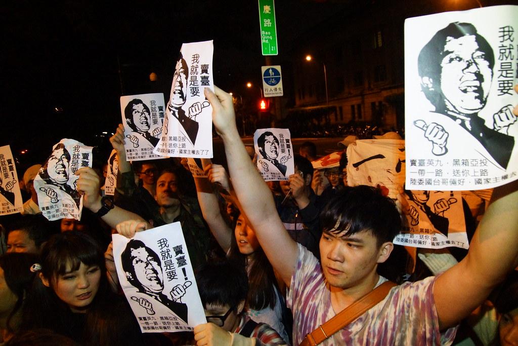 3月31日深夜臺灣學生突襲總統府反對加入亞投行,與警方發聲數度推擠衝突。(資料照片/攝影:王顥中)