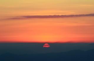 """""""Quando guardo un tramonto e mi emoziono, non mi domando a che velocità gira la terra o a che distanza è il sole o quanto sono grandi... Amo quel momento. Punto. Non c'è da capire, c'è da amare.""""  Fabio Volo"""