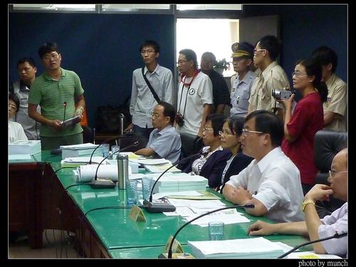 2011年5月當時的環保局長吳盛忠主持審查會議,限縮民眾發言。攝影:Munch