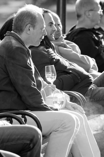 Gente bebiendo vino