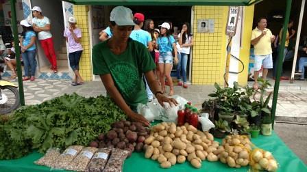 Jéssica Raquel comercializa sua produção agroecológica durante a I Marcha da Juventude Camponesa da PB | Foto: Fernanda Cruz