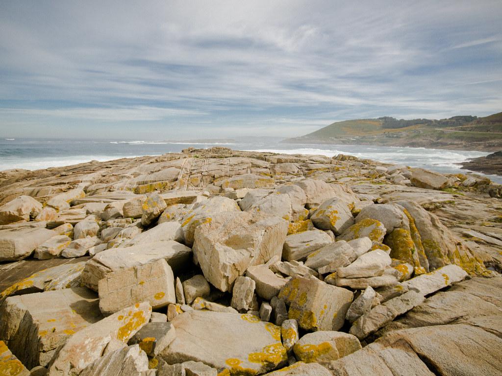 Piedras, mar y cielo