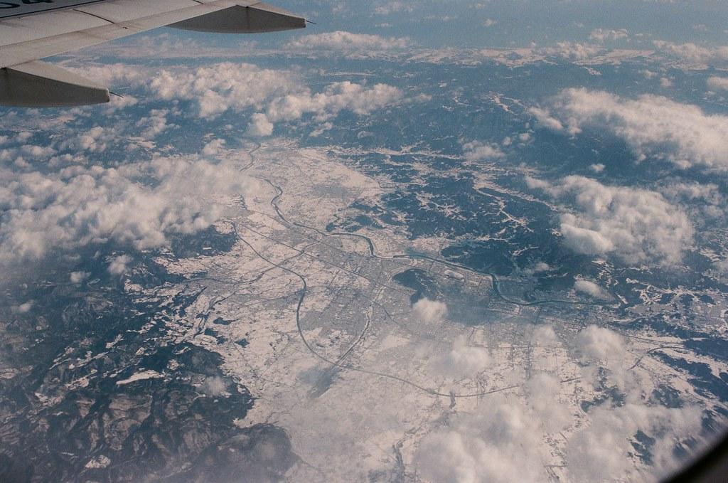 札幌 Sapporo, Japan / AGFA VISTAPlus / Nikon FM2 在飛往札幌的路上,但我不知道這裡是哪裡,只知道一大片的雪覆蓋在陸地上!  Nikon FM2 Nikon AI AF Nikkor 35mm F/2D AGFA VISTAPlus ISO400 8264-0011 2016/01/31 Photo by Toomore