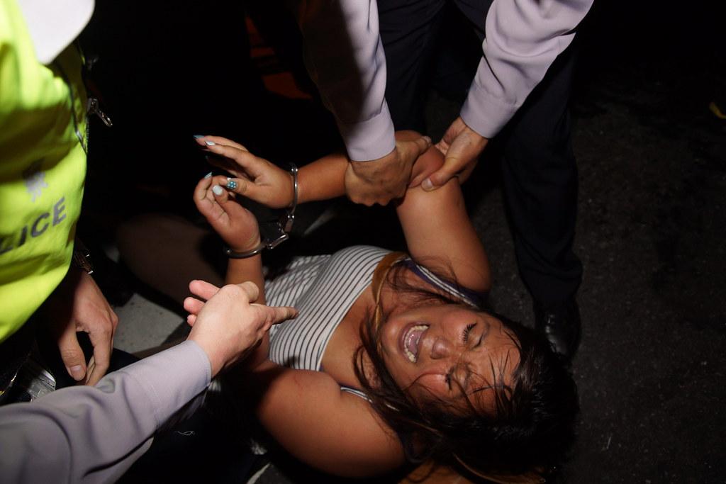 驅離期間也動用手銬將抗議者逮捕。(攝影:王顥中)
