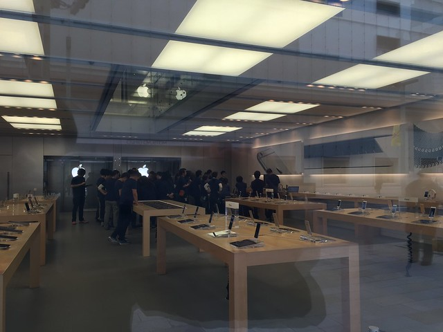 Apple Watch pre order start day in Apple Store Ginza.