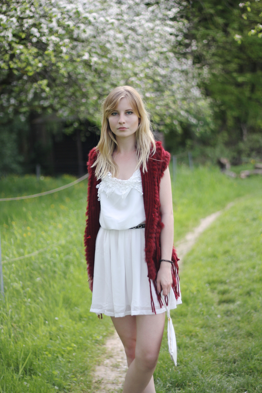 outfit-hippie-festival-kleid-fake-fell-weste-rot-bohemian-natur-weiß