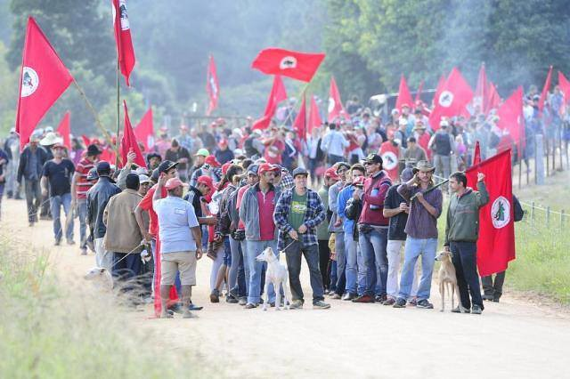Após despejo Sem Terra marcham até assentamentos em Tapes - crédito Jornal A Notícia.jpg