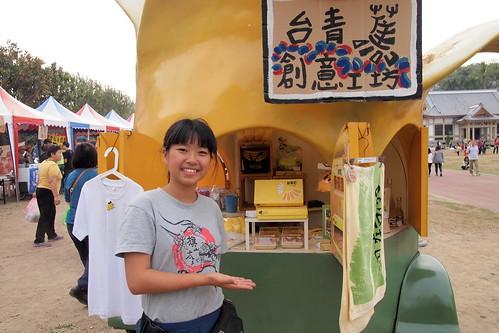 台青蕉志工解說香蕉車;攝影:李育琴