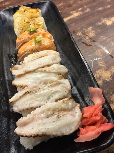 (吃到飽食記)同學會聚餐推薦,到高雄松江庭日本料理店找美食好料 (4)上:炙燒干貝握壽司;下:炙燒章魚握壽司