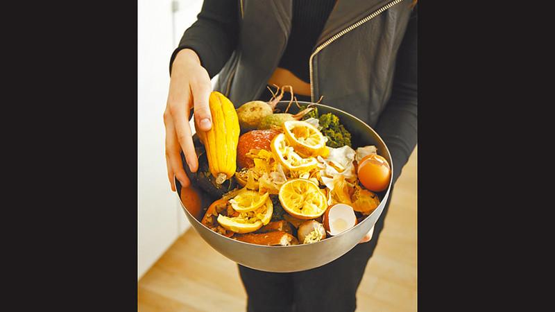 她會把廚餘放在大碗內,放進冰箱儲存,不會發出惡臭,「就連頭髮也回收堆肥。」她說。圖片來源:果籽