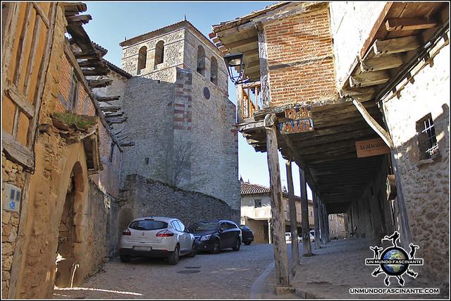 Calle Real e Iglesia de Nuestra Señora del Castillo de Calatañazor, Soria. España