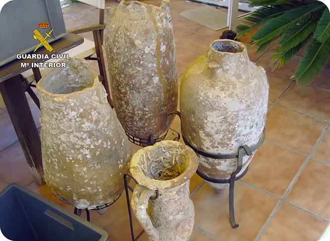 Recuperan cuatro ánforas romanas y un lingote de plomo en un domicilio de Cabo de Palos
