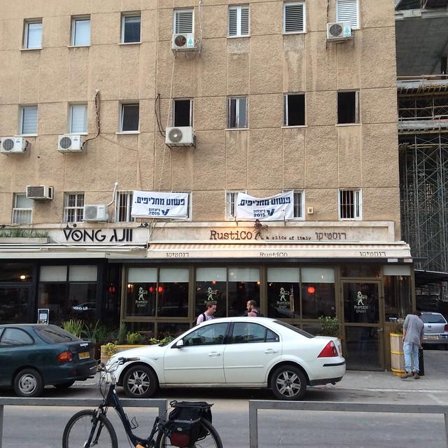 """Transparente an Häusern. Aufschrift: """"Einfach nur austauschen!"""" (im Sinne von: Hauptsache nicht mehr Netanyahu)  Photo: Heinrich-Böll-Stiftung Tel Aviv"""