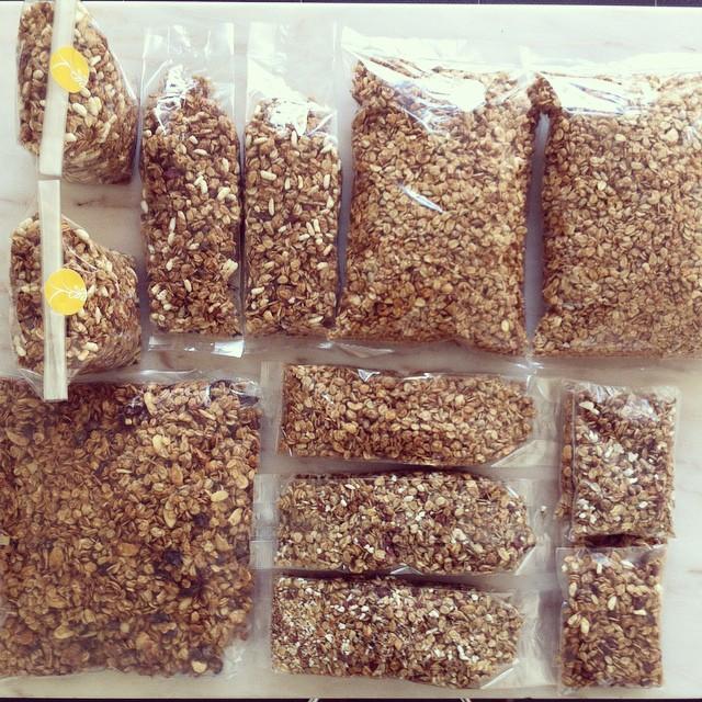 Por vezes, divirto-me a fazer composições com os vários tamanhos das embalagens de granola doSEMENTE. A seguir, ordeno tudo por sabor e começo a etiquetar. Boa semana 😋