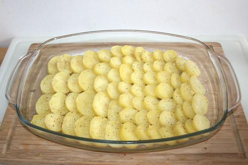 45 - Auflaufform mit Kartoffeln befüllt / Casserole filled with potatoes