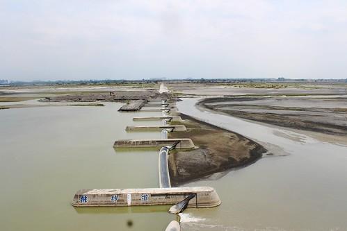 高屏溪攔河堰提供高雄市每天130萬噸民生用水。