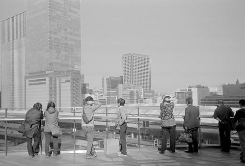 東京駅を臨む人々
