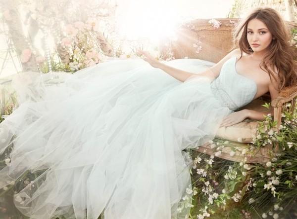 Cô dâu dịu dàng với váy cưới trắng Pastel