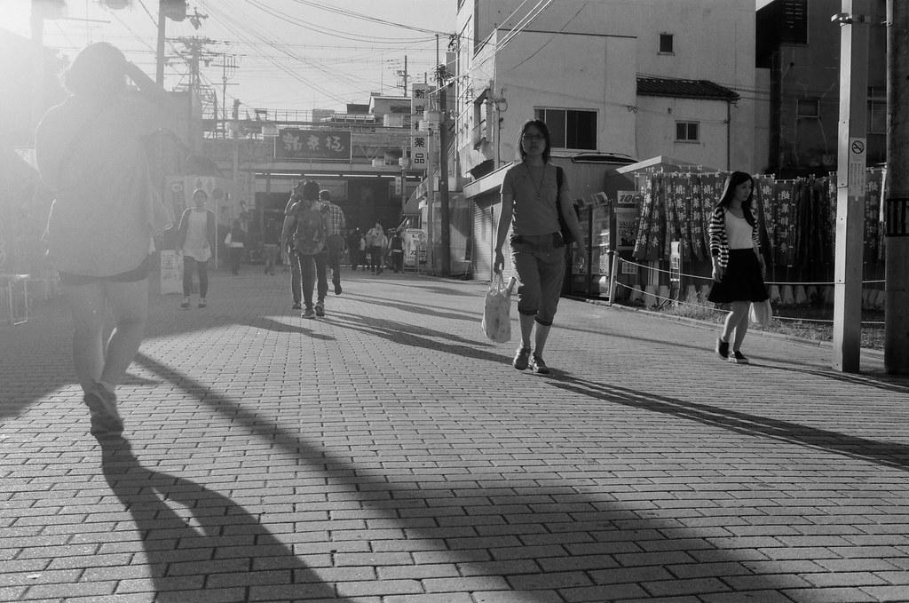 新京極 京都 Kyoto, Japan / Kodak TMAX / Nikon FM2 2015/09/29 離開伏見稻荷後回到了河原町、寺町通這裡,我記得我要去買一個百年老店的布丁,當作今天的生日禮物。  那時候太陽快要下山,寺町通的路線是東西向,可以拍路人的影子。  當然還有可以拍我很喜愛的逆光。  (後來才發現我還滿多逆光的作品)  Nikon FM2 Nikon AI AF Nikkor 35mm F/2D Kodak 100 TMAX Professional ISO 100 1273-0015 Photo by Toomore