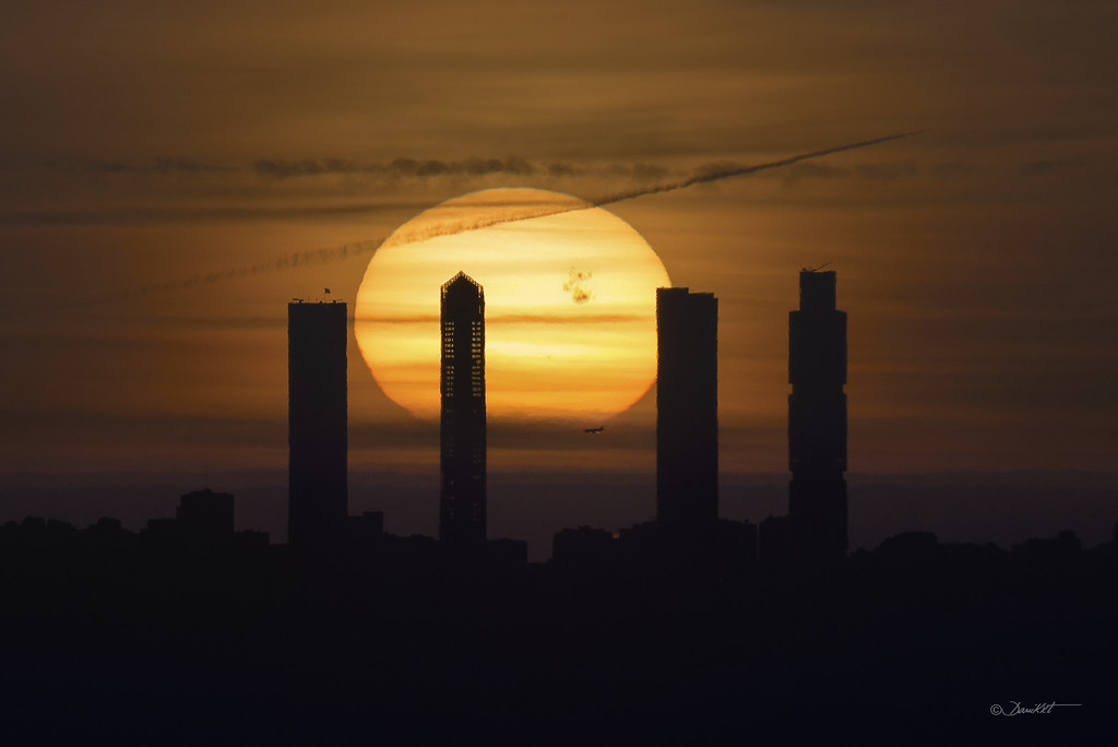Amanecer en las Torres de Madrid. Sol con gran mancha solar por Dani Caxete