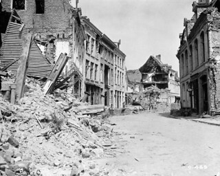 Street in Ypres, July 1916 / Une rue d'Ypres, en juillet 1916