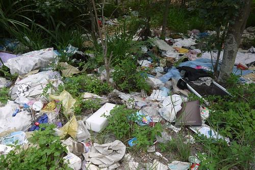 非法傾倒廢棄物的情形,全台十分普遍。圖片來源:本報資料照。