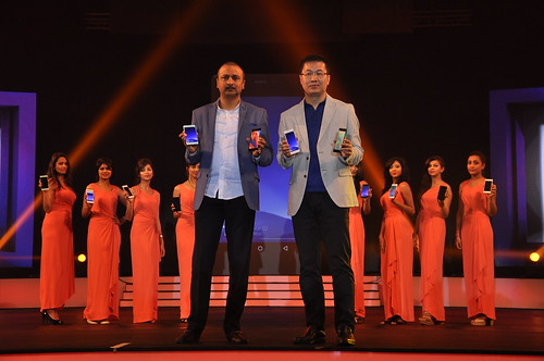 Arvind.R.Vohra, Country CEO & MD - Gionee India with William Lu, President of Gionee unveling the Gionee ELIFE S7 in India.
