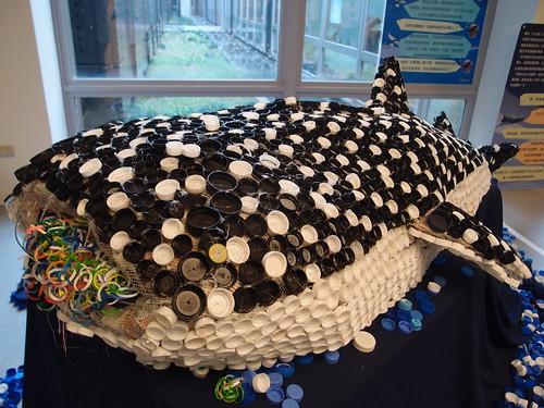 利用廢棄瓶蓋製作的「蓋藝術」展品,顯示海洋廢棄物對海洋生物的危害;攝影:詹嘉紋。