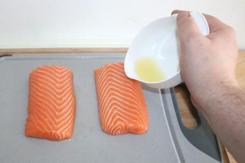 19 - Lachsfilet mit Zitronensaft beträufeln / Sprinkle salmon with lemon juice