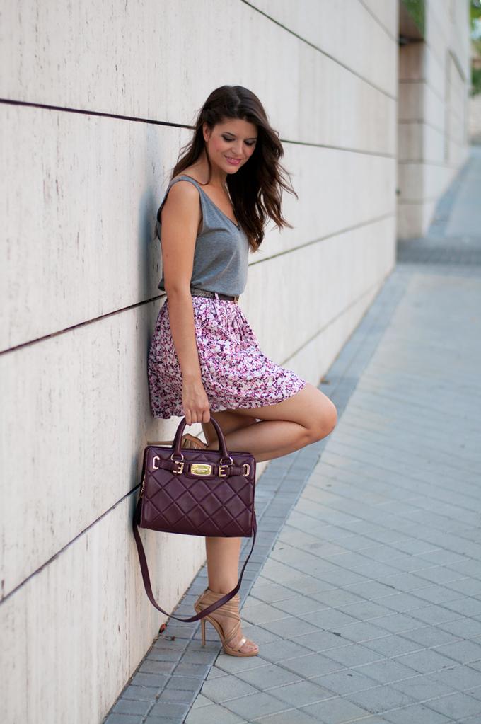 outfit-de-moda-con-falda-de-flores