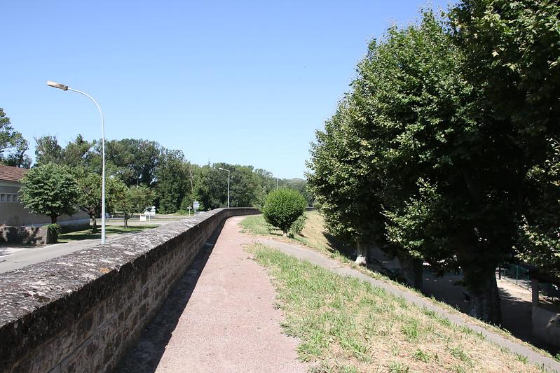 provence village caderousse walls 1