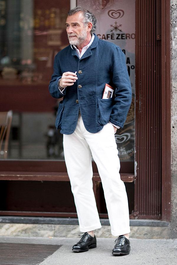 紺カバーオール×白シャツ×白パンツ×黒ダービーシューズ