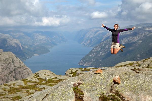 Saltando por encima del fiordo Lysefjord