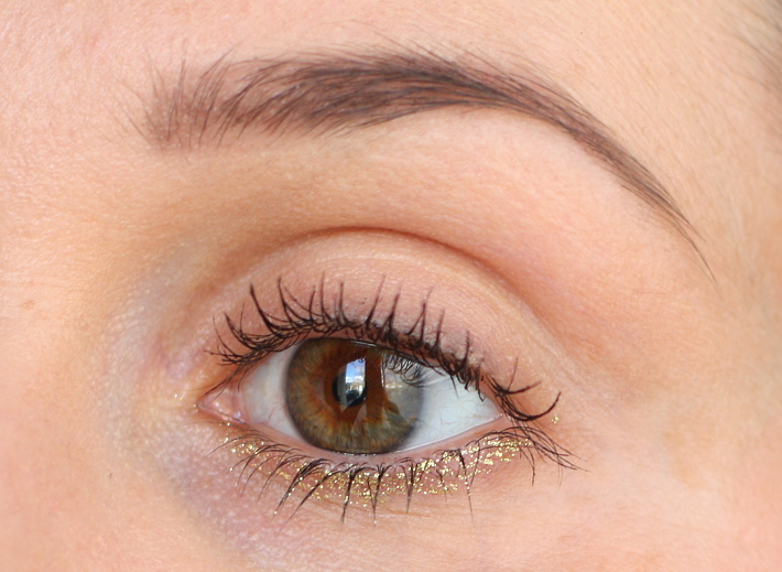 beauty: gold glitter under eye liner