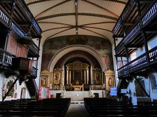 Interior de la iglesia de San Martín en Sare (País Vasco francés)
