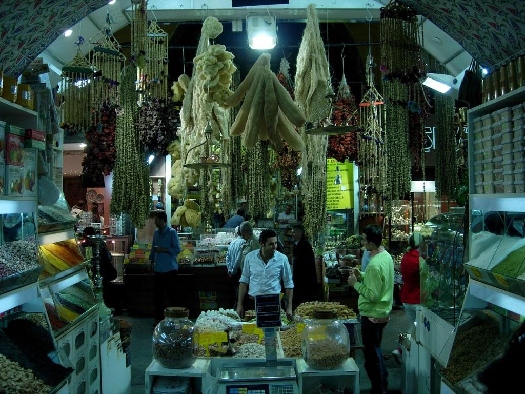 Desde el interior del bazar de las especias