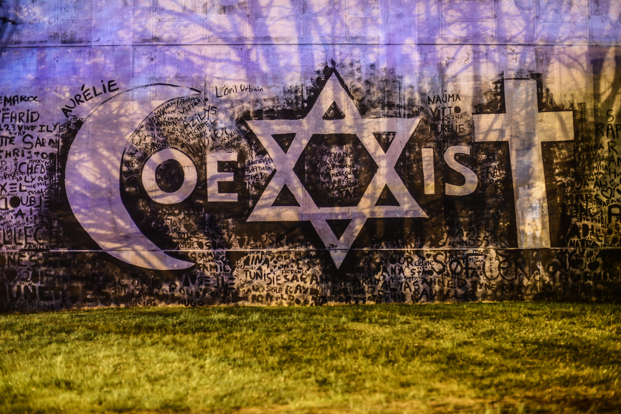 Evry daily photo coexist combo a evry 2 for Fresque murale definition